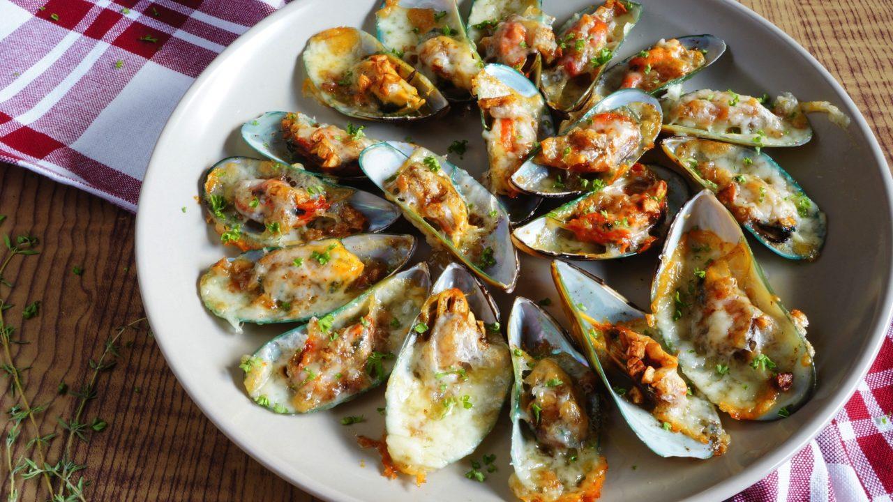 Cheesy Garlic Mussels